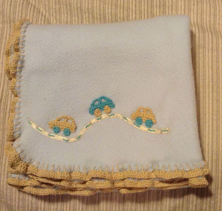 Manta con borde y detalles a crochet