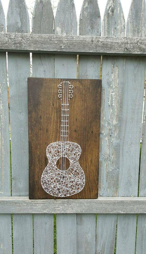 Geben Sie dieser Gitarrenspieler etwas aus dem Herzen!  Holz mit weißen String weiß gefärbt.  Ganz werden nach Ihren Wünschen angepasst!  Das Gefühl frei zu msg mich mit Ihren Fragen! Danke fürs Ansehen! {Erica nagelte ihn}