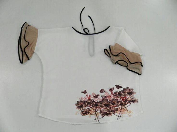Blusa para Ella, manga acampanada, con ribete negro. Blusa de seda Color blanco. Blusa con flores, Blusa femenina, blusa oversized.