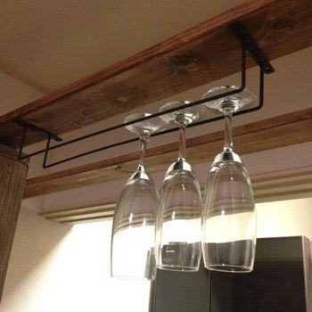 天井に板を渡してバーを2本上から並べて設置。バーの間にグラスを通してイタリアンレストランのようなディスプレイが完成!
