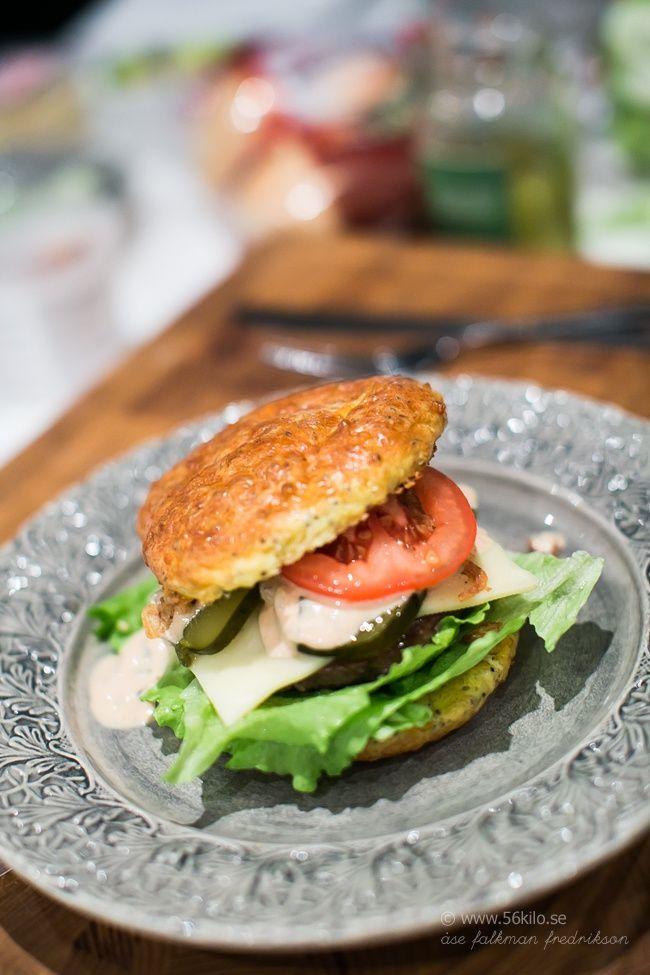 LCHF burgare  Hamburgare på nötkött Hemmagjord hamburgerdressing (finns recept i nya boken) Hamburgergurka Isbergssallad Tomat 1 skiva gouda