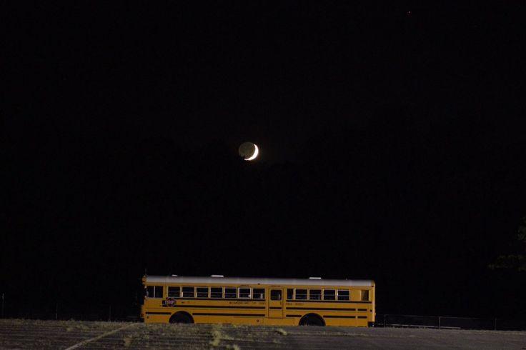 AstronomiaUSP Brasil - Twitter: Lua crescente e ônibus escolar ontem nos Estados Unidos, por @BeckePhysics   Crescent Moon and school bus last night, by @BeckePhysics