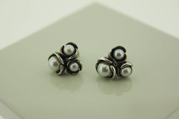 Handmade silver Rabinovich earrings with white Pearls, for €135.20. http://www.goldbergjuweliers.nl/shop/products-page/merken/rabinovich-oorstekers-221-05-0-65-geoxideerd-zilver-witte-parel