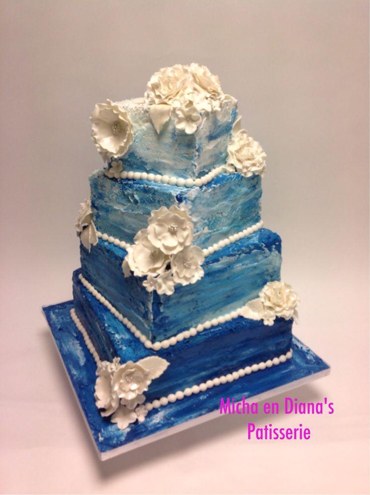 Bruidstaart gedecoreerd met icing en fondant bloemen.