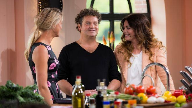 Gevulde paprika's met zilvervliesrijst en gehakt en fetadressing - Keuken - Thuis op zondag - SBS6