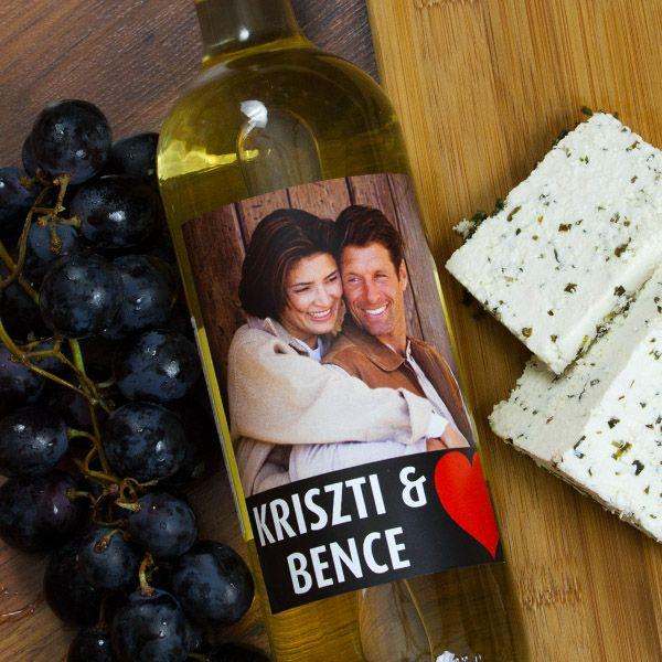 Különleges alkalmakhoz, különleges ajándék is dukál.Évfordulóról vagy csupán egy romantikus vacsorával eltöltött este, egy alkalom arra, hogy köszönetet mondjunk egymásnak az együtt töltött szép napokért. Az ünnepi asztalról nem hiányozhat egy üveg bor sem, melyet ez az egyedi fényképes címke díszít. A fényképes borosüveg címke mérete 9x12cm.