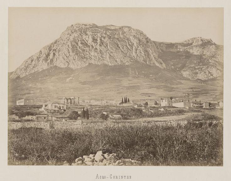 Vue générale de la ville de l'ancienne Corinthe avec                     l'Acrocorinthe © Musée Guimet, Paris, Distr. Rmn / Image Guimet