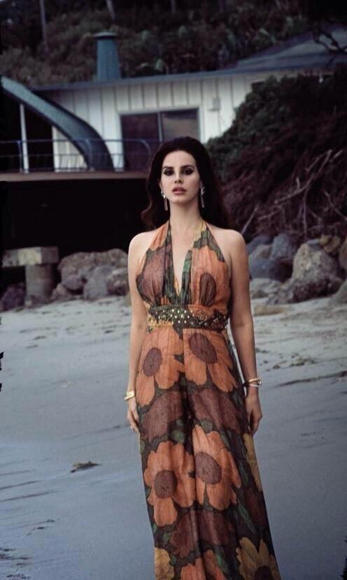 Viu essa? Lana Del Rey confirma novo CD e posa para as lentes do namorado