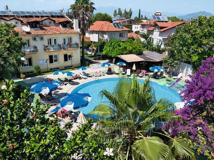 Appartementen en hotel Metin is een 2.5-sterren complex dat in het centrum van Dalyan ligt, op 50 meter van de rivier. Het beschikt over een tuin met zwembad en apart kinderbad, ontbijtterras op het dak, een bar en een restaurant. Appartementen en hotel Metin is gelegen in het gezellige centrum van Dalyan. Diverse winkeltjes, restaurants en bars liggen op circa 100 m van het complex. Het Istuzu strand ligt op circa 11 km van het hotel en is eenvoudig te bereiken.  Officiële categorie ***