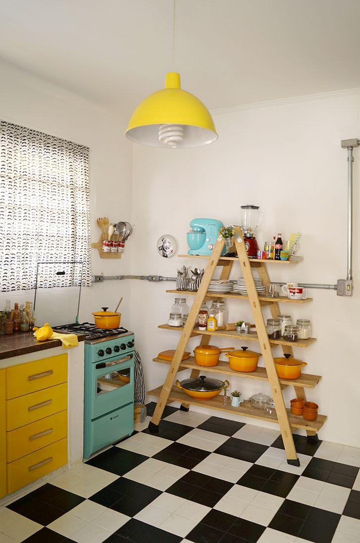 a cozinha funcionalidade e praticidade: cada item pensado no dia-a-dia e no bom chef que Oliver é! mesa e cadeiras dobráveis, escada ao invés de armários e iluminação e elétrica industrial.            o destaque? o piso quadriculado, que foi pintado…