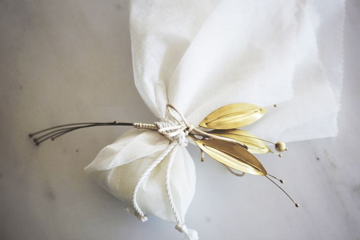 μπομπονιέρα διακοσμημένη με χρυσά φύλλα