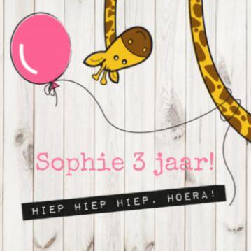 Vrolijke uitnodiging voor een feestje! Met een lieve giraf die een ballon om zich heen heeft en hippe houten achtergrond.