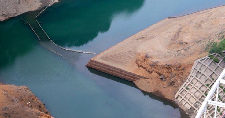 宮ケ瀬ダム、貯水率64%に 湖底に沈んでいた旧道が出現