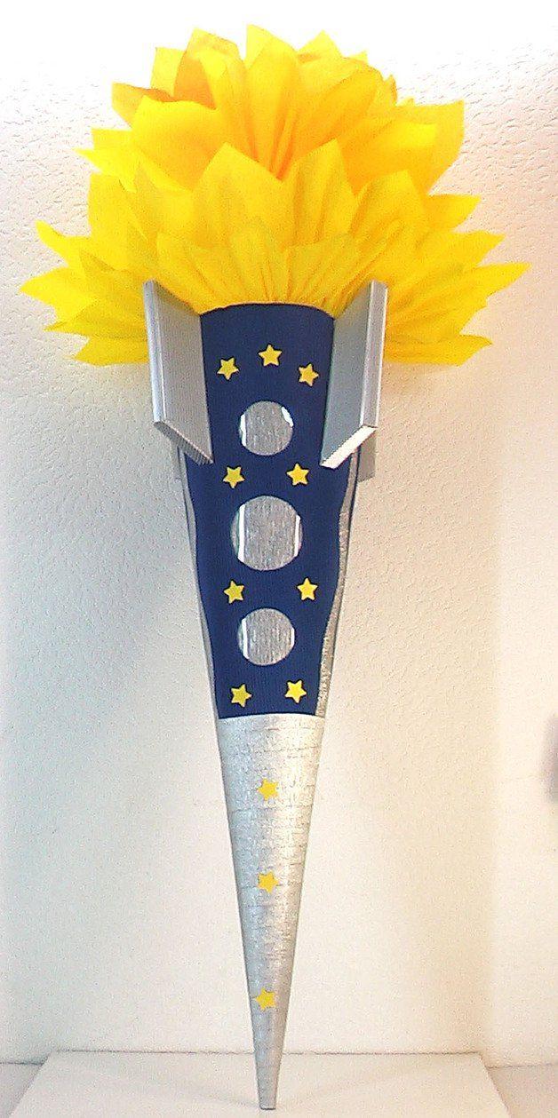"""*Schultüte / Zuckertüte """"_Rakete_"""" ist aus  3D-Wellpappe gefertigt, ist blau und silber, und ist ca. 77cm hoch. Der oberer Teil ist aus  zwei kompletten Rollen Krepp in gelb und orange gearbeitet...."""