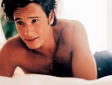 Vindo do outro lado do Atlântico, Rodrigo Santoro parte o coração de qualquer mulher com aquele sorriso malandro. Com uns belos 39 anos, ainda nos lembramos da altura em que era um rapazinho e começava a deslumbrar os nossos corações nas telenovelas brasileiras. Cresceu, tornou-se um homem e continua a lavar as vistas das mulheres. #rodrigosantoro #sexy