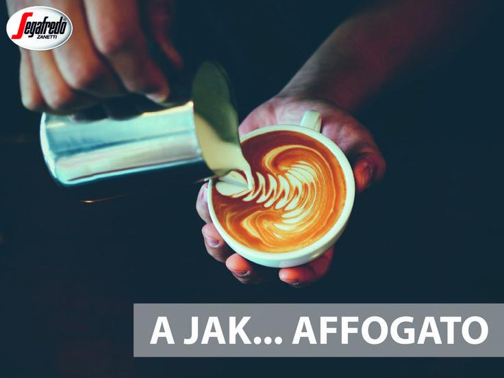 """Słownik pojęć, które powinien znać każdy kawosz rozpoczynamy do """"Affogato"""" - z włoskiego """"zatopiony"""". Tym mianem opisuje się napój, w którym kulka lodów zalewana jest aromatycznym espresso. #KawowySłownik #Affogato #WłoskaKawa #ItalianStyle #coffee #italiancoffee"""