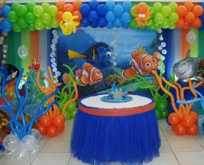 Finding Nemo cake table balloon decorations .
