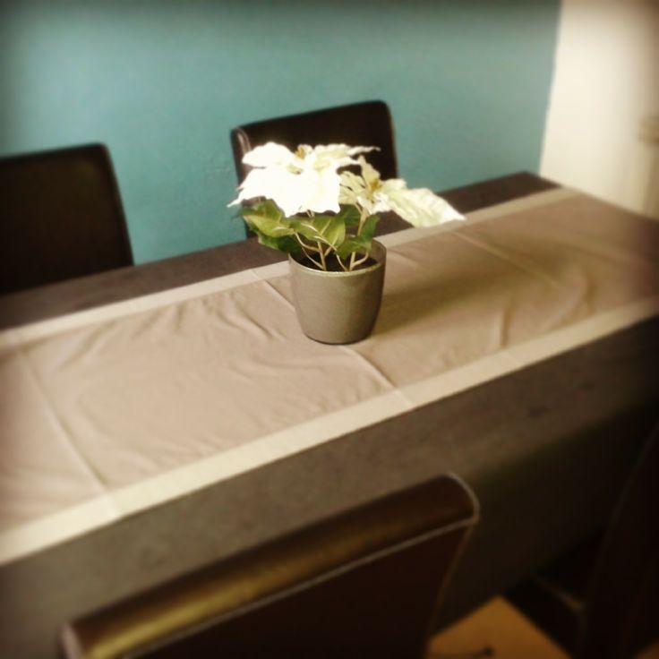 salle manger table et vase poinsettia artificielle. Black Bedroom Furniture Sets. Home Design Ideas