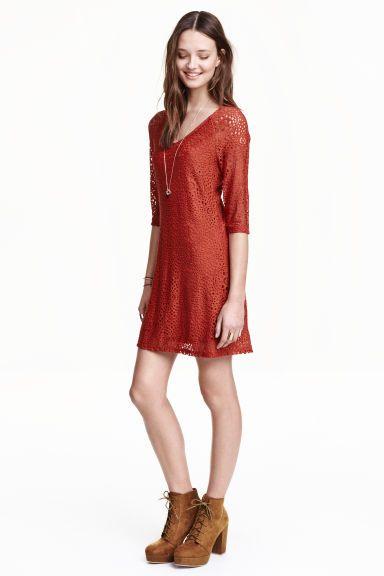 Koronkowa sukienka: Krótka, podkreślająca figurę sukienka z koronki. Reglanowe rękawy 3/4. Z dżersejową podszewką.
