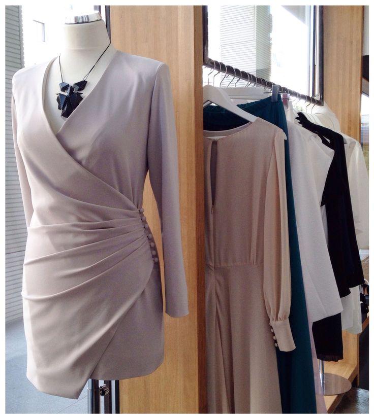 Krótka, pudrowa sukienka z guzikami z kolekcji  AW 2014/15 THECADESS Cena 1450 PLN