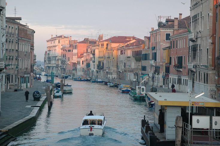 Aamuhetki Venetsiassa  Talviaamuna Venetsia on raukea ja ruuhkaton. Kuulet katukivillä kopisevat askeleesi, Rialton sillan kupeessa jutustelevien mummojen sananvaihdon ja taksiveneen nostattamien laineiden loiskeen. Vaporetto, vesibussi, täröyttää torveaan ja kutsuu kyytiinsä.