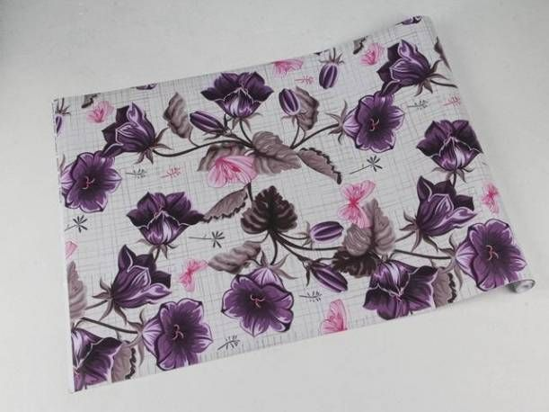 Papel de floral com flores roxas e borboletas rosa