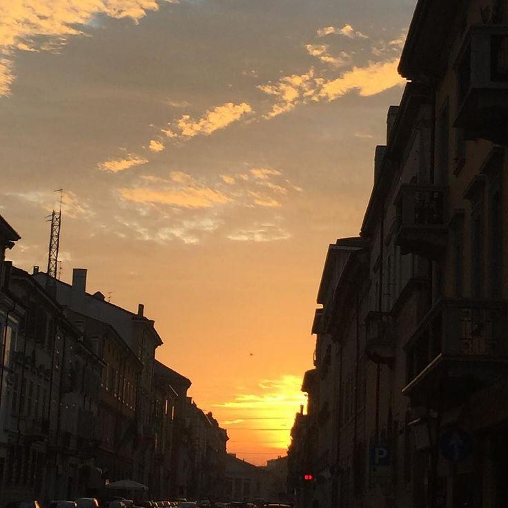 Scorci di Mantova...Camminando verso il Teatro Sociale.... #Mantova #Mantua #MantuaMeGenuit #Lombardia #TeatroSociale #Cultura #Storia #Enogastronomia #TraCieloETerra #SoloCoseBelle #SoloCoseBuone #BuonGiorno by canquistello