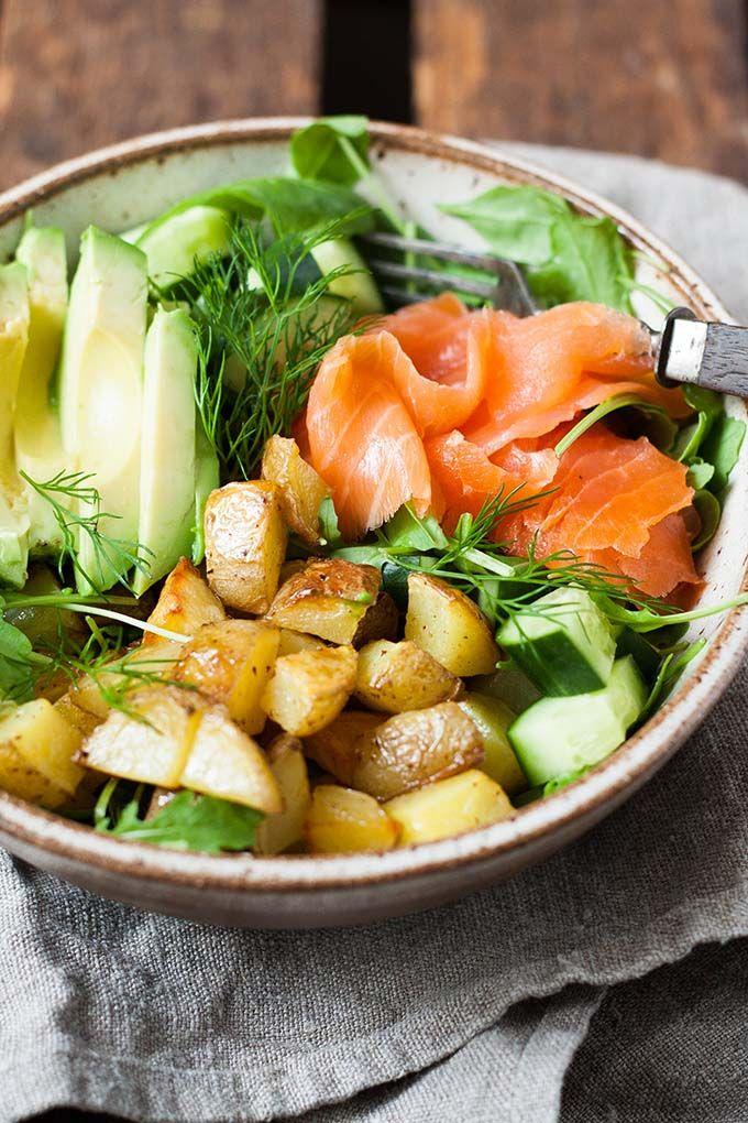 Die Kartoffel Lachs Power Bowl ist gesundes Soulfood at it's best. Super einfach und unglaublich lecker - Kochkarussell.com