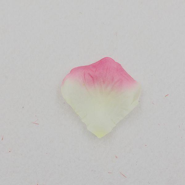 Roze met wit/gele rozenblaadjes #rozenblaadjes #bruiloft #liefde