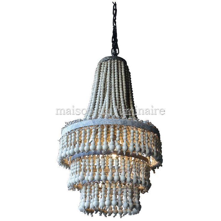 Lustre montgolfière avec pampilles en perles de bois. Édité par PTMD