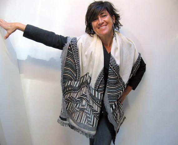 Es un pañuelo tejido de lana y algodón y sobre el que se han bordado a mano motivos geométricos. De tacto suave y agradable puede llevarse anudado al
