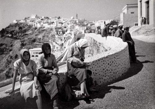 Onbekend   Vrouwen in een Griekse plaats. Griekenland, 1941.