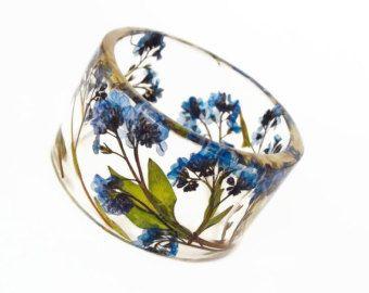 Maat Medium vergeet Me Nots botanische hars Bangle.  Ingedrukt bloemen. Gepersonaliseerde Gegraveerde sieraden