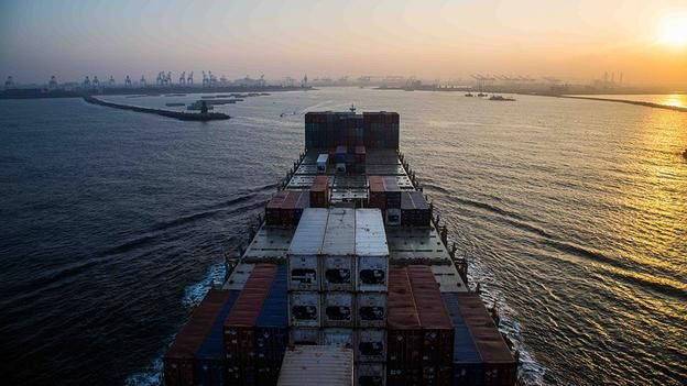 Far horizon - Arriving at Kaohsiung Port in Taiwan (Kate Davies/Unknown Fields) - Containership