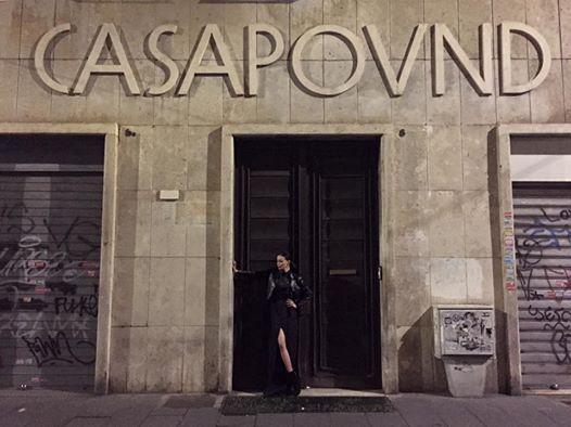 Nina Morić  40-y , vestita di Nero , davanti alla sede romana di CasaPound  [aprile 2017]