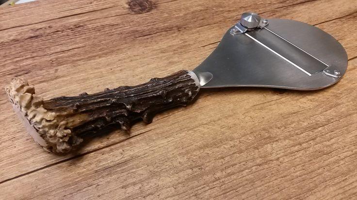 Taglia tartufo con lama liscia, completamente artigianale e manico in vero capriolo (cerva raccolte da terra). Possibilità di incidere le iniziali o una piccola dedica sulla parte in acciaio.