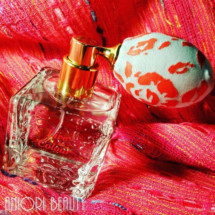 Az Oriflame Live in Colour Eau de Parfüm vonzó retro kiszerelése magához vonzott, így ellenállni nem bírtam, hogy ezt a parfümöt ne próbáljam ki. Az illat dominánsai a rózsaszín rebarbara, virágkáka, fehér ámbra.