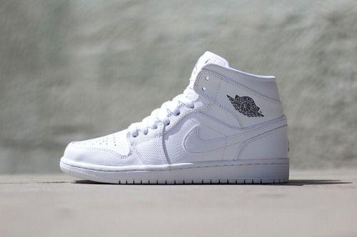 "Air Jordan 1 Mid ""White White"" More discount: www.buy4fashion.com/ ig:linlucy3344 kik:joicelin skype:prince840815 youtube:nice kicks6688 twitter:https://twitter.com/nicekicks6 tumblr:http://nicekicks68.tumblr.com/"