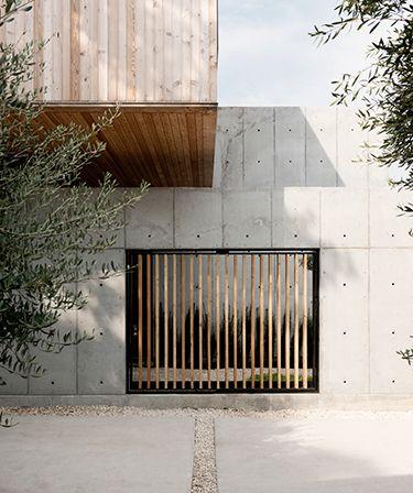 concrete box, em houston   projeto: christopher robertson   portas e janelas são fechadas por ripas de madeira, que garantem privacidade, mas ainda assim permitem passagem de iluminação e ventilação