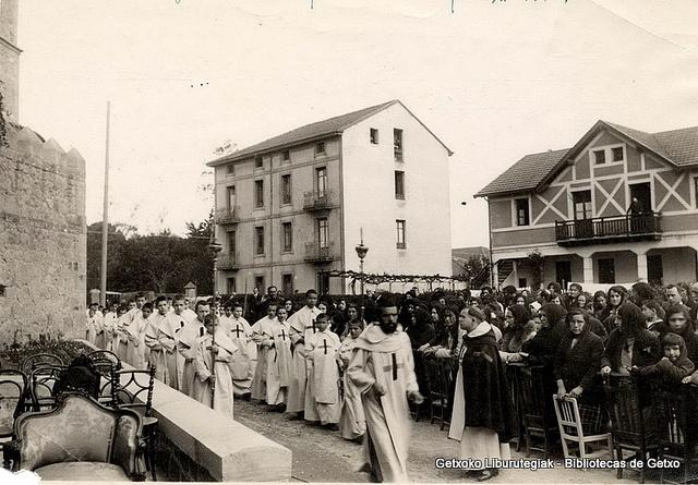 Procesión de trinitarios por la calle San Martín para bendecir la gruta de Lourdes, 17 de abril de 1929 (Colección Trinitarios de Algorta) (ref. 01637)