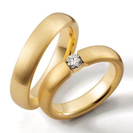 Clásico y moderno a la vez argollas en oro de 18k  y diamante