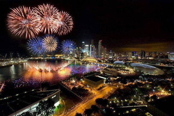 SINGAPORE SHOPS ARE OFFERING SALES AND THE LIGHTS AROUND MARINA BAY LOOK BETTER THAN ANY OTHER DAY