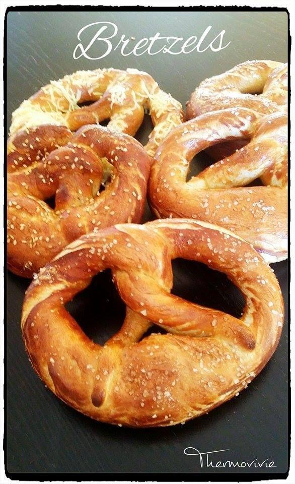 Les bretzels, c'est une partie de mon enfance, quand j'allais chez mes grand parents, tous les matins au petit déjeuner, j'adorais les tremper dans mon café au lait....Un pur régal!!! Ingrédients : Pour environ 6 bretzels - 500 gr de farine - 15 gr de...
