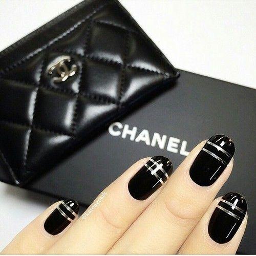 Uñas negras con lineas plateadas
