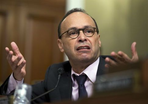 Rep. Luis Gutierrez (D., Ill.) has paid his wife and daughters hundreds of thousands of dollars from his campaign's coffer since 2010, according to campaign finance data.    Gutierrez, who was first