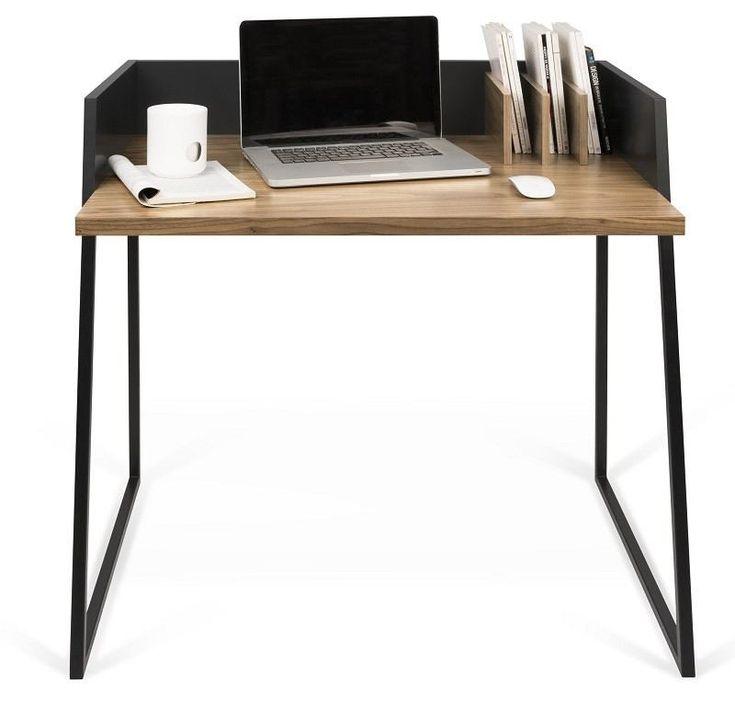 Volga Skrivebord - Svart - Valnøtt - Vakkert og karakteristisk skrivebord med fine detaljer. I bordplaten er det laget en smart kabel-åpning, i det venstre hjørne som kan benyttes til pc-ledninger eller skrivebordslampe. Bordet har også 3 integrerte bokholdere på høyre side. Skrivebordet har en praktisk liten størrelse og er perfekt til små leiligheter eller på barnerommet. Selvom bordet ikke er så stort, er det godt med bordplass til bærbar-pc eller skrivesaker.