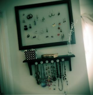 Super easy hanging jewelry storage tutorial. Weekend project time!