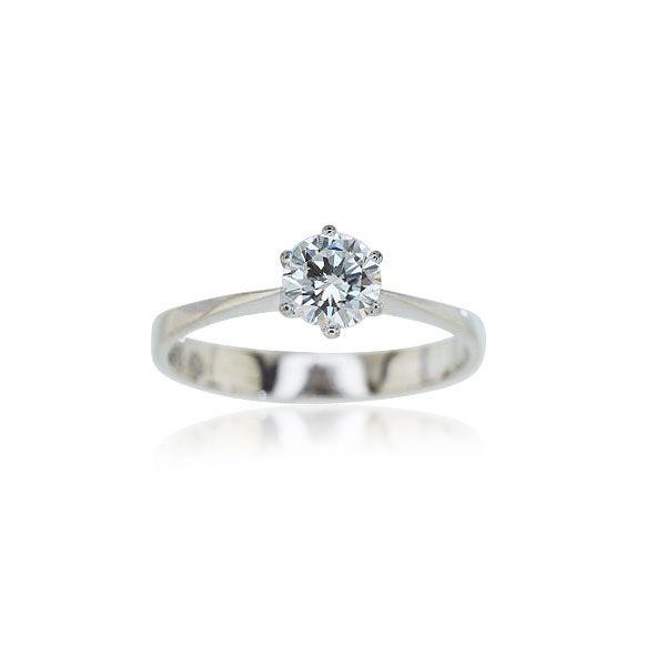 Solitärring mit Brillant ca 0,6 ct vsi/J leichte UV-Fluoreszenz For ever?  Bezaubernder Solitärring aus 18 Kt. Weißgold. Dieses Stück besticht durch seine schlichte, aber dennoch bemerkenswerte Form. Der Hauptakteur dieses Ringes ist aber der in leichter UV-Fluoroszenz aufwartende Diamant mit 0,67 ct in 6 Krappen gehalten. Ein wunderbares Geschenk für die Dame des Herzens. #schmuck #verlobungsringe #solitär #schmuckboerse @schm