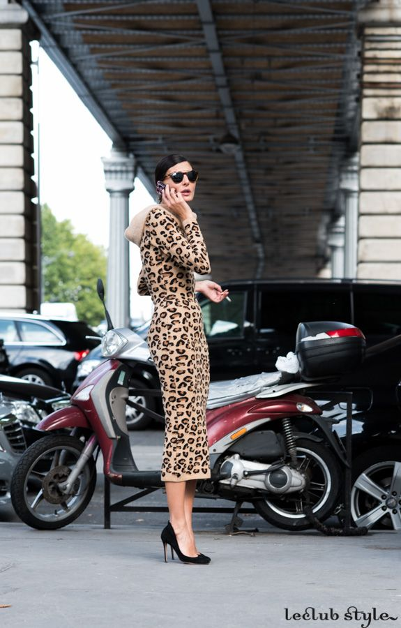 Womenswear Street Style by Ángel Robles. Giovanna Battaglia wearing an animal-sprint midi dress and black classic pumps. Fashion Photography from Paris Fashion Week.