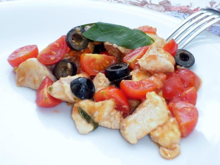 Ricetta per preparare il pollo con pomodorini e olive, un sencondo piatto leggero, invitante ed appetitoso, semplicissimo e molto veloce da fare
